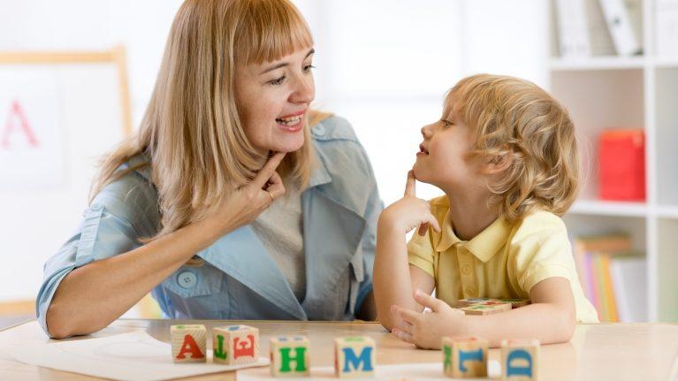 cara melatih anak berbicara trik